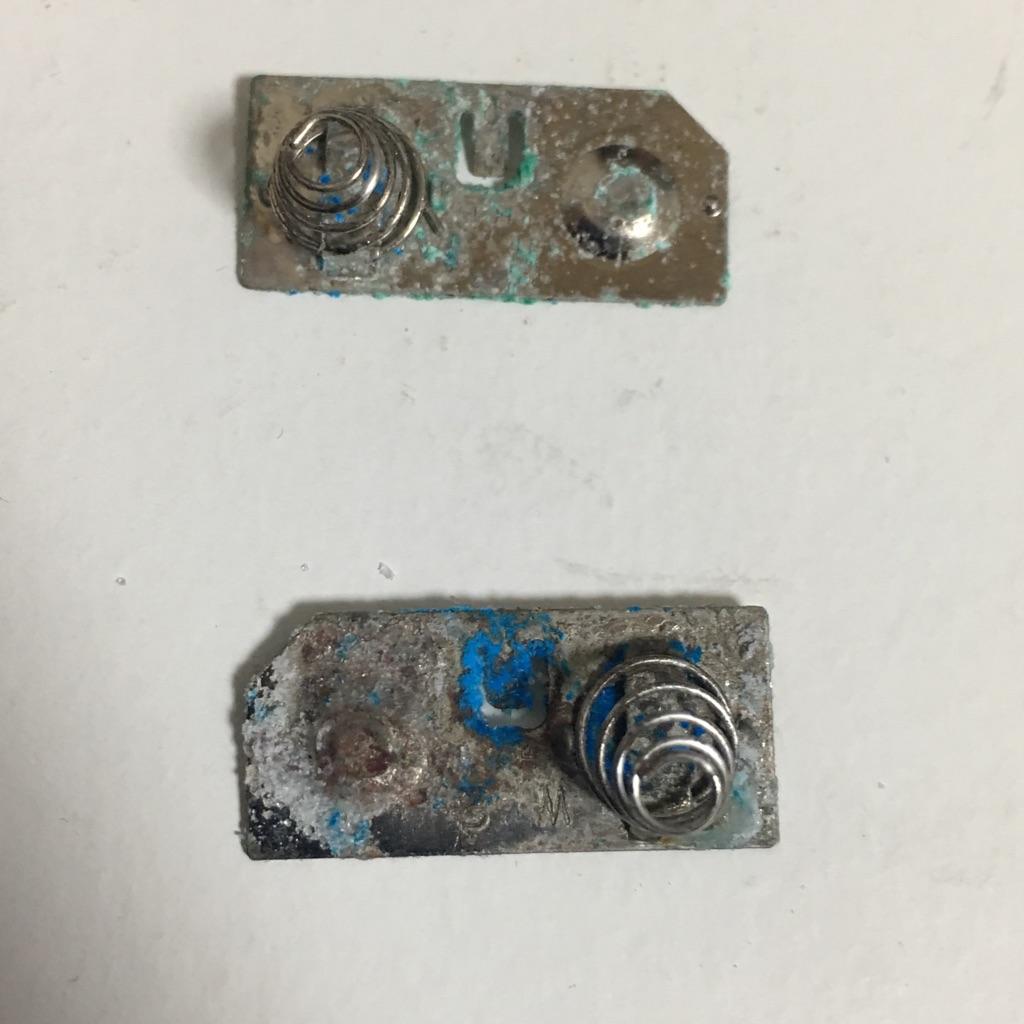 ゲームボーイの液漏れ電池端子