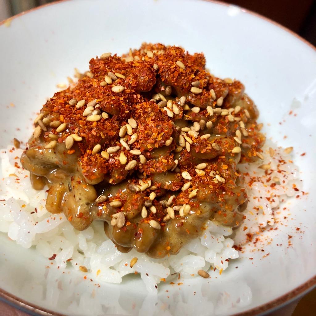 ウス 大辛唐辛子「唐がらし族」を納豆ご飯にかけた図